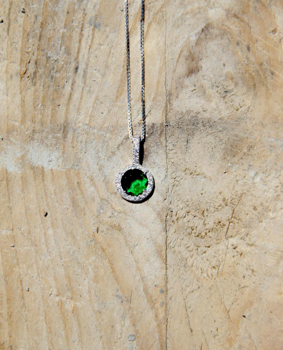 Kette mit Anhänger Victoria silber smaragd grün frontal auf Holz