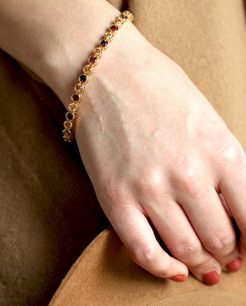 Madeleine - Goldenes Armband rot braun champagner am Arm