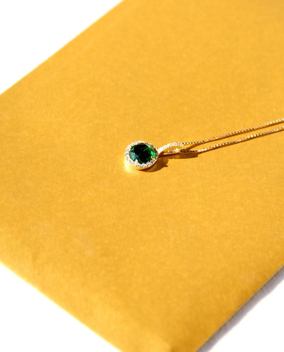 Goldene Kette mit Anhänger Victoria  smaragd grün frontal seitlich