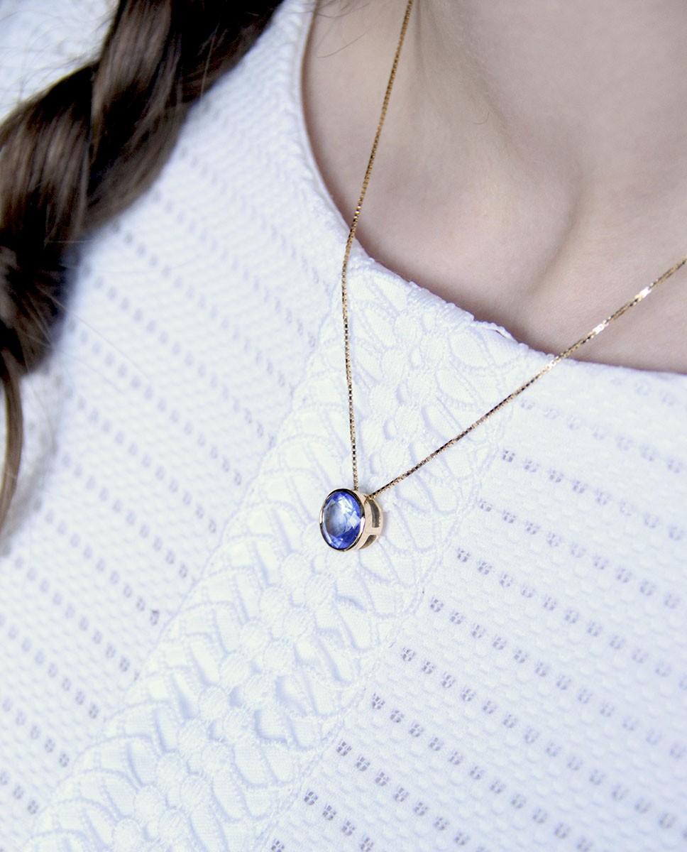 Goldene Kette mit Anhänger blau Margareta am Hals seitlich