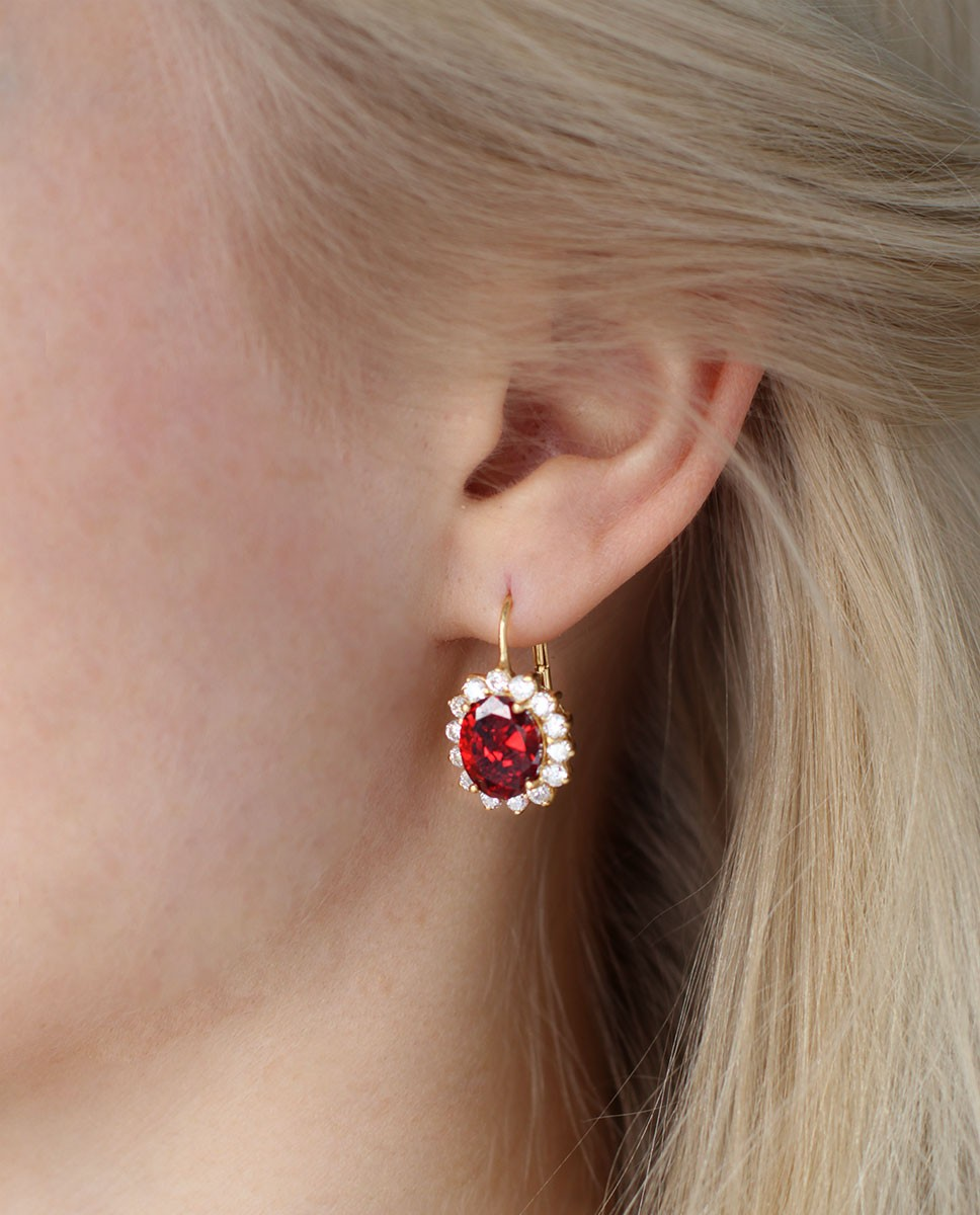 Goldener Ohrhänger rot Sissi am Ohr