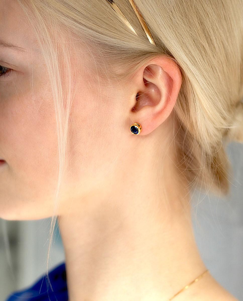 Goldene Ohrstecker rund blau Anna groß am Model