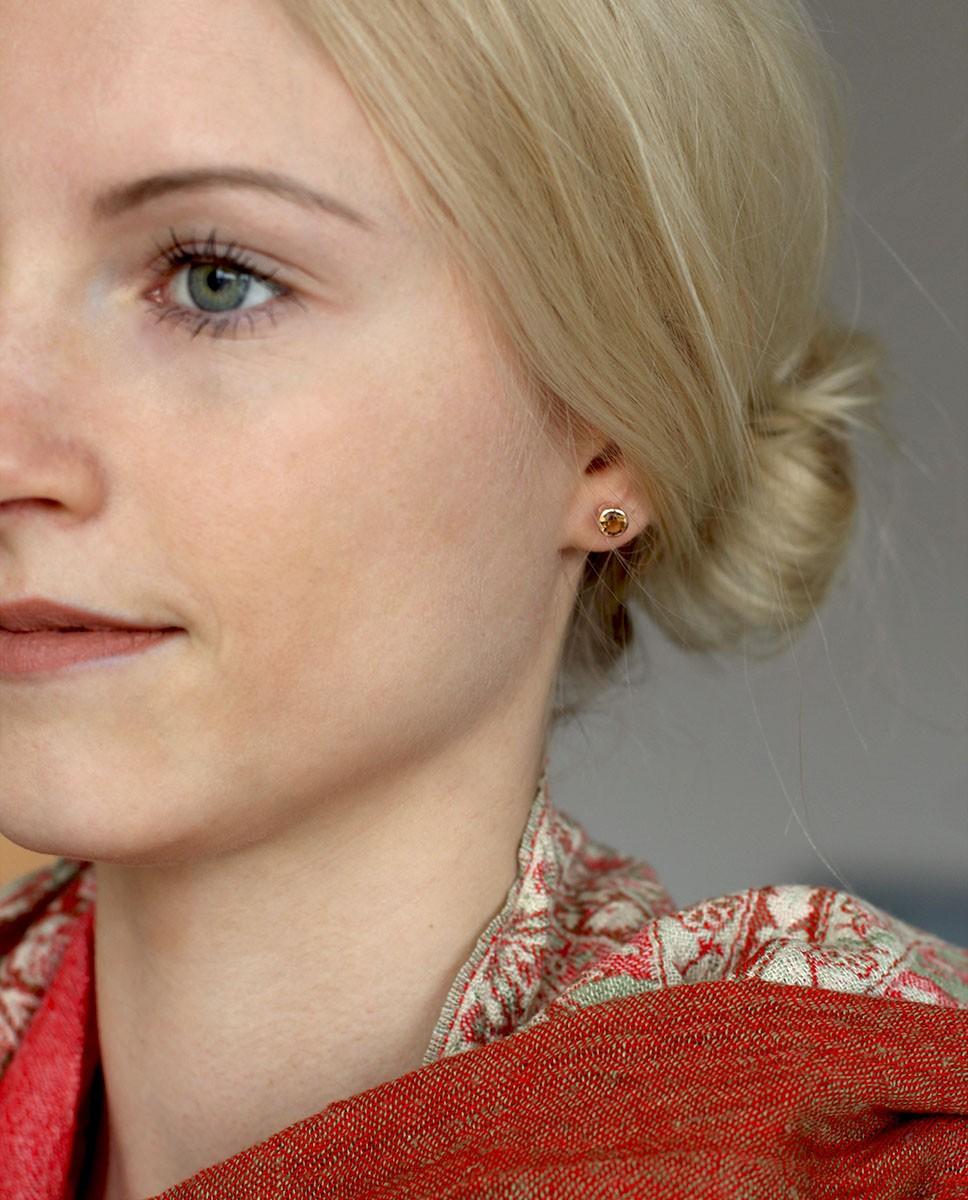 Rose Ohrstecker rund braun Anna klein am Model