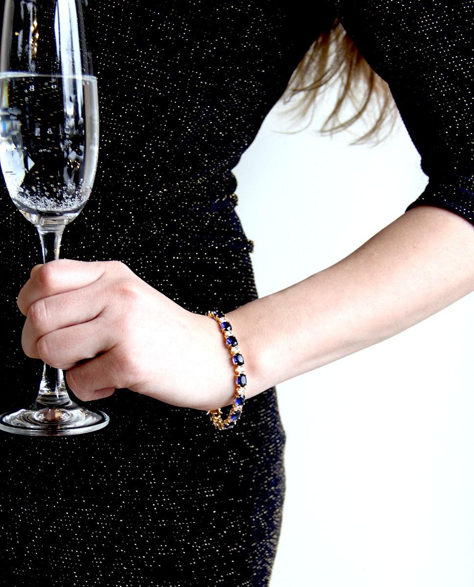 Goldenes Armband blau Sissi an Person