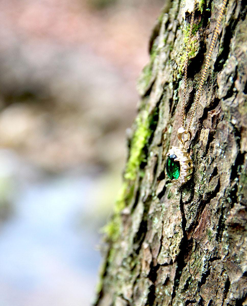 Anhänger mit Kette Sissi gelbgold smaragd grün am Baum hängend