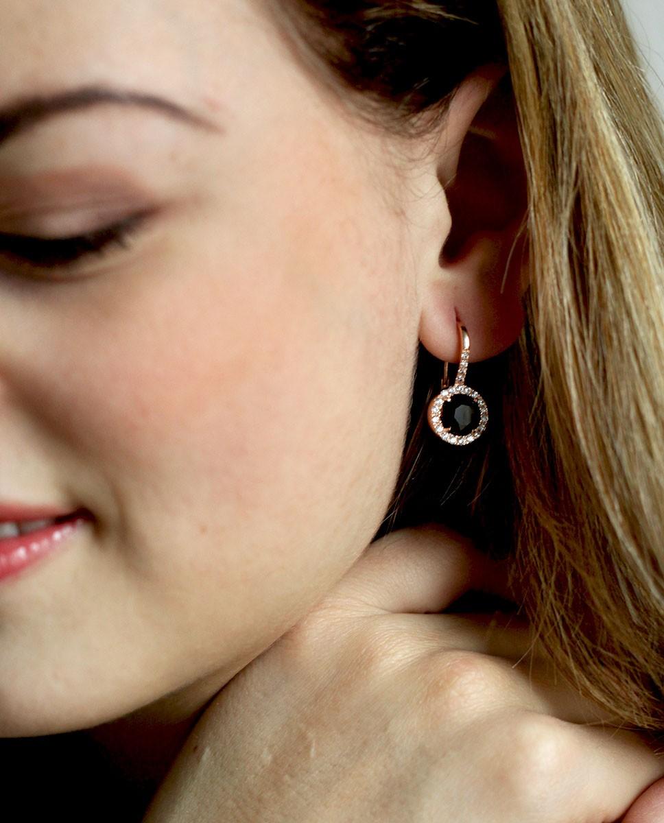 Rose Ohrring schwarz mit kleinen weißen Steinen Victoria am Ohr