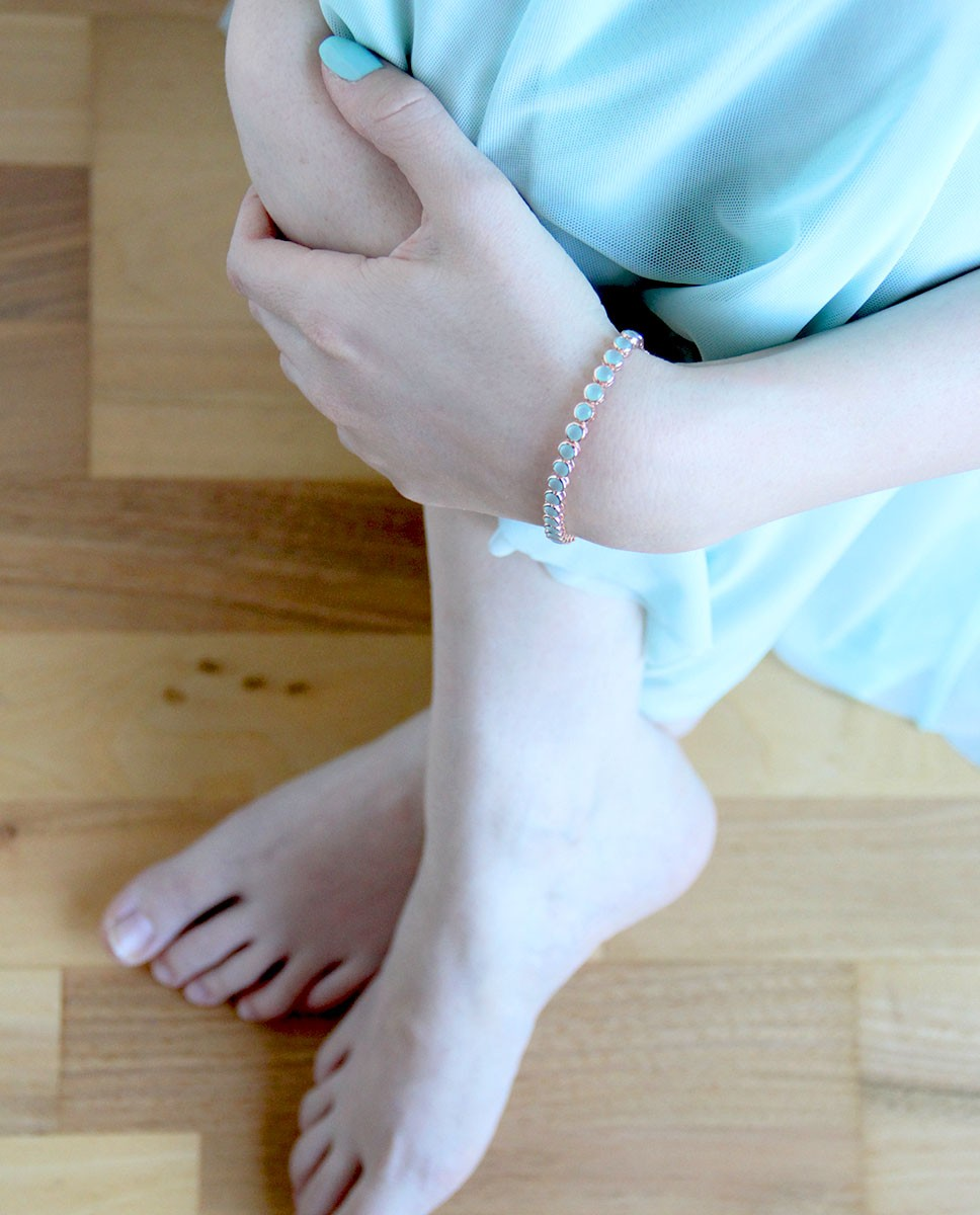 rose Armband blau türkis Olivia am Handgelenk