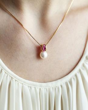 Gelbgold Perlenanhänger pink am Model