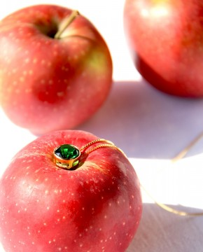 Goldene Kette mit Anhänger grün Margareta vorne seitlich mit Äpfeln