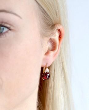 Goldene Ohrringe rot Amalia am Ohr