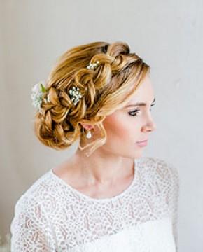 Goldene Ohrringe weiß Amalia an der Braut