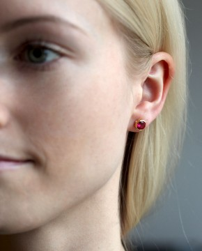 Goldene Ohrstecker rund pink Anna groß am Ohr