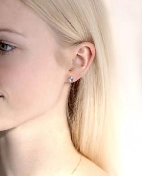 Goldene Ohrstecker rund blau Anna groß am Ohr