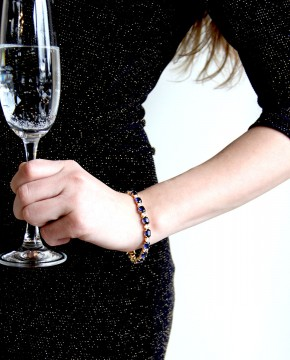 Goldenes Armband blau Sissi an Person