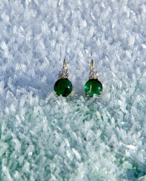 Goldene Ohrringe grün Amalia frontal im Eis auf Palette
