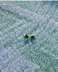 Goldene Ohrringe grün Amalia frontal ein Ohrring liegt