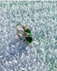 Goldene Ohrringe grün Amalia seitlich stehend im Eis