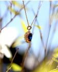 Anhänger mit Kette Sissi gelbgold saphir blau hängend seitlich