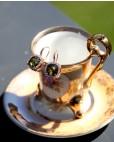 Ohrringe Katharina rosegold feenhaftes grün schräg seitlich an Tasse