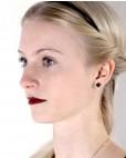 Rose Ohrstecker schwarz eckig am Model